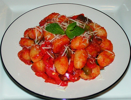 Gnocchi with spicy tomato sauce - peperoncino piccante