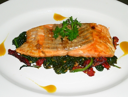 Caramelized salmon fillet Florentine